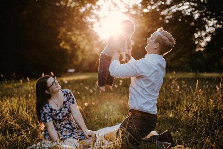 Familienpicknick zum Sonnenuntergang